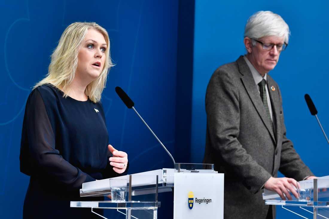 Socialminister Lena Hallengren (S) och Folkhälsomyndighetens generaldirektör Johan Carlson deltar vid morgonens digitala presskonferens. Arkivbild.