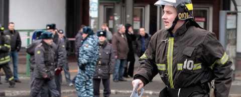 En brandman nära ingången till Lubyankas tunnelbanestation i Moskva.