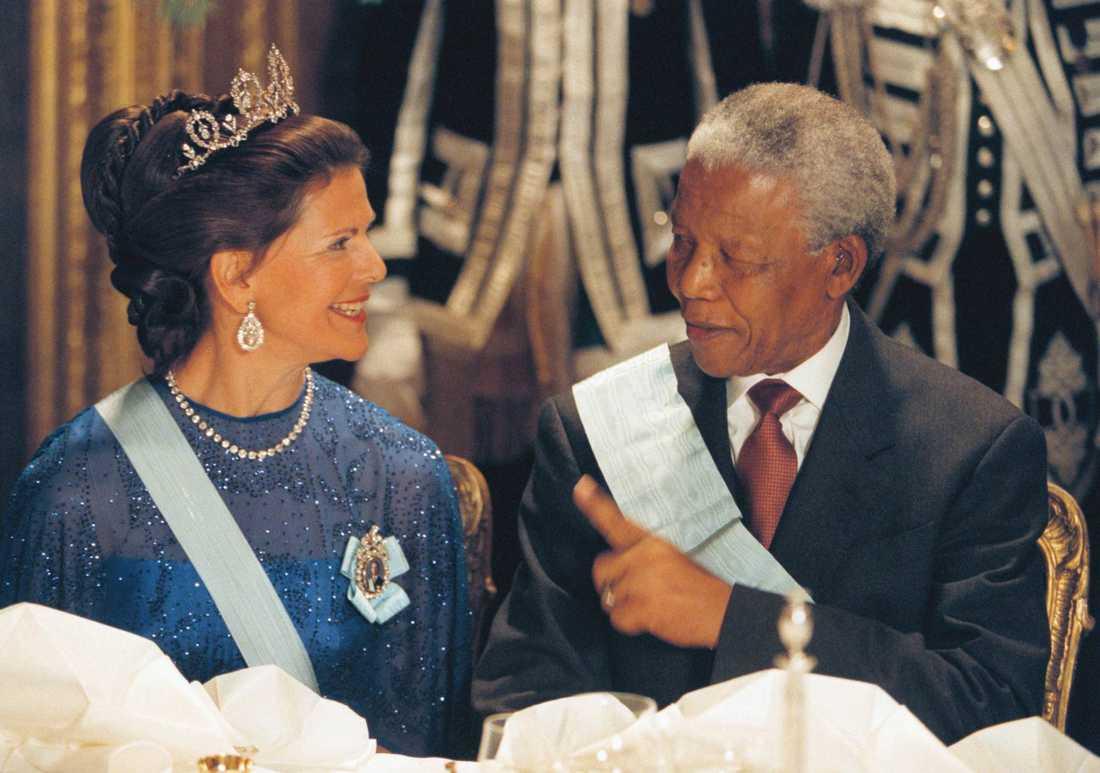 Sydafrikas president Nelson Mandela på officiellt statsbesök i mars 1999. På kvällen bjöd kungaparet på galamiddag på Stockholms slott.