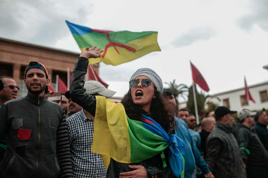 Demonstranter har berbiska flaggor under en protest mot regeringen. Bild från Rabat i april.