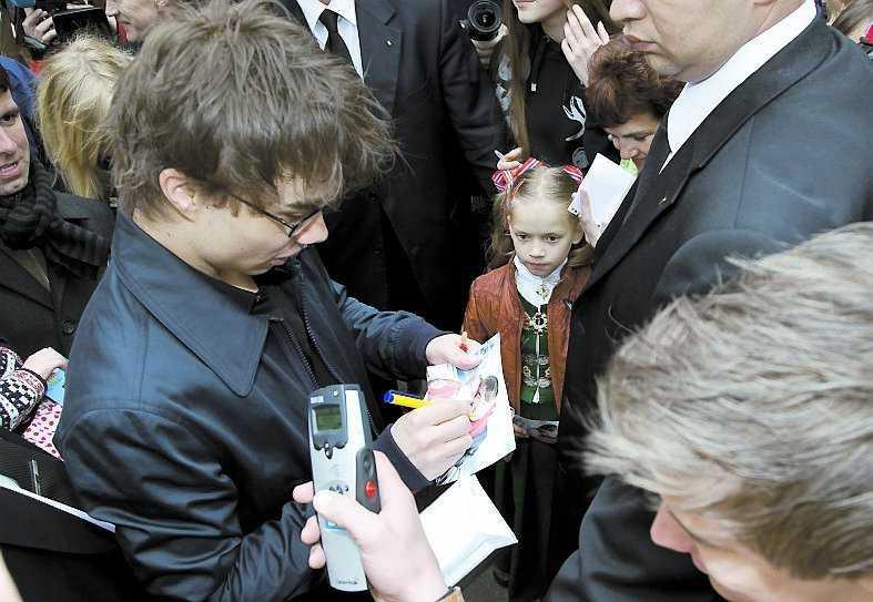 Rybak fick skriva autografer, signera skivor och svara på journalisters frågor i minst en halvtimme på ambassaden.