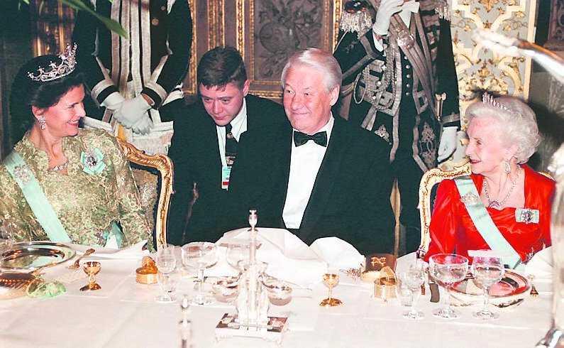 Efter bröllopet med prins Bertil 1976 behövde Lilian inte gömma sig längre. Här dinerar hon med drottning Silvia och Boris Jeltsin på ryska ambassaden i Stockholm 1997.