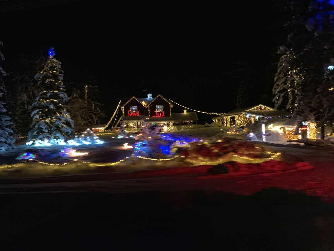 Därför bromsar han in vid det här huset så att de kan komma i julstämning.