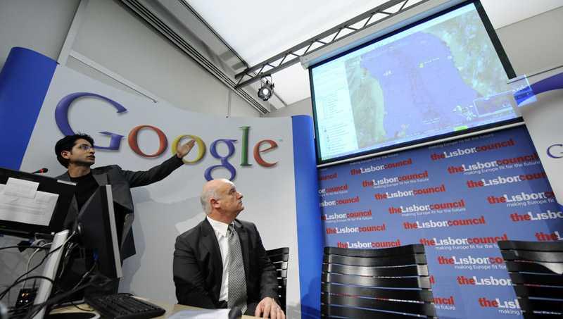 EU-kommisionären Joe Borg och Googles Product Marketing Manager visar upp den nya funktion Google Oceani Google Earth.