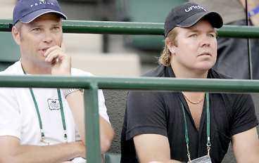 Tränaren Magnus Tideman och vännen Tomas Brolin har stöttat Thomas från läktaren under turneringen.