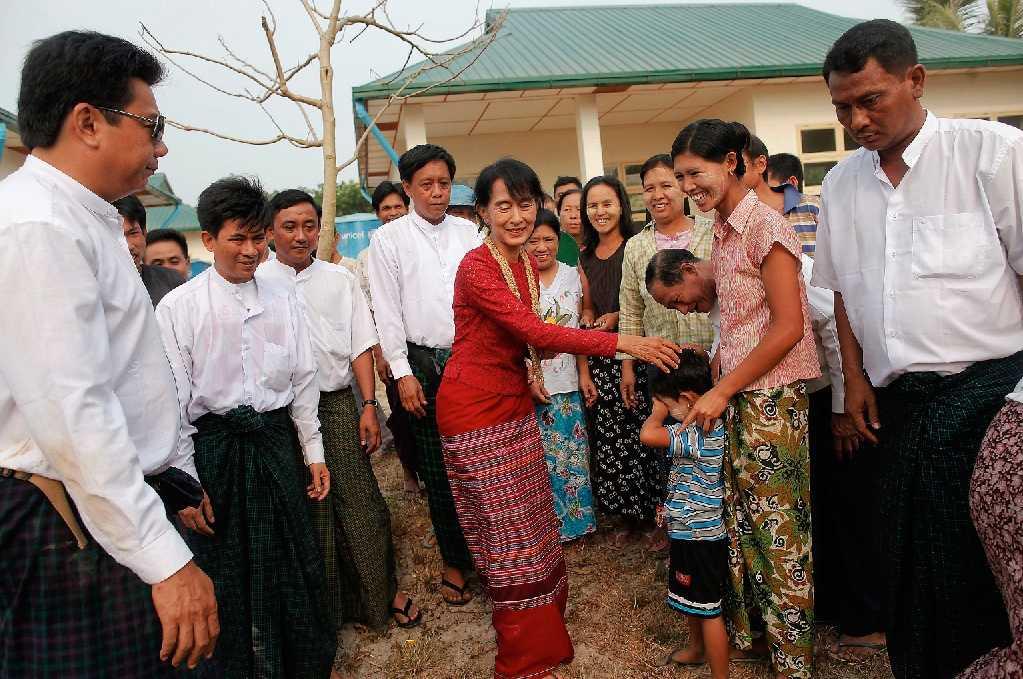 Folkvald Demokratiaktivisten Aung San Suu Kyi hälsade på sina väljare utanför en vallokal i går. Med väljarnas stöd bakom sig hoppas hon nu kunna bidra till förändringar i militärdiktaturens Burma.