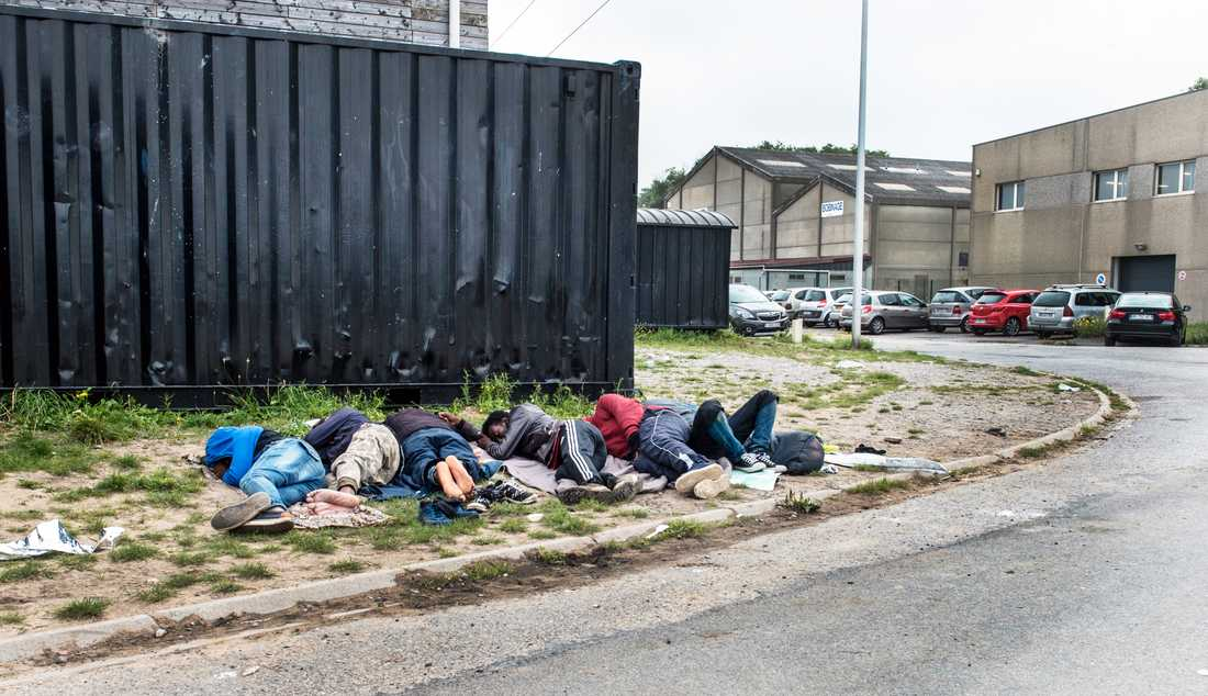 Migranter sover under bar himmel i ett flyktingläger i Calais. Fler migranter försöker nu ta sig till Storbritannien via båt. Arkivbild från 2017.