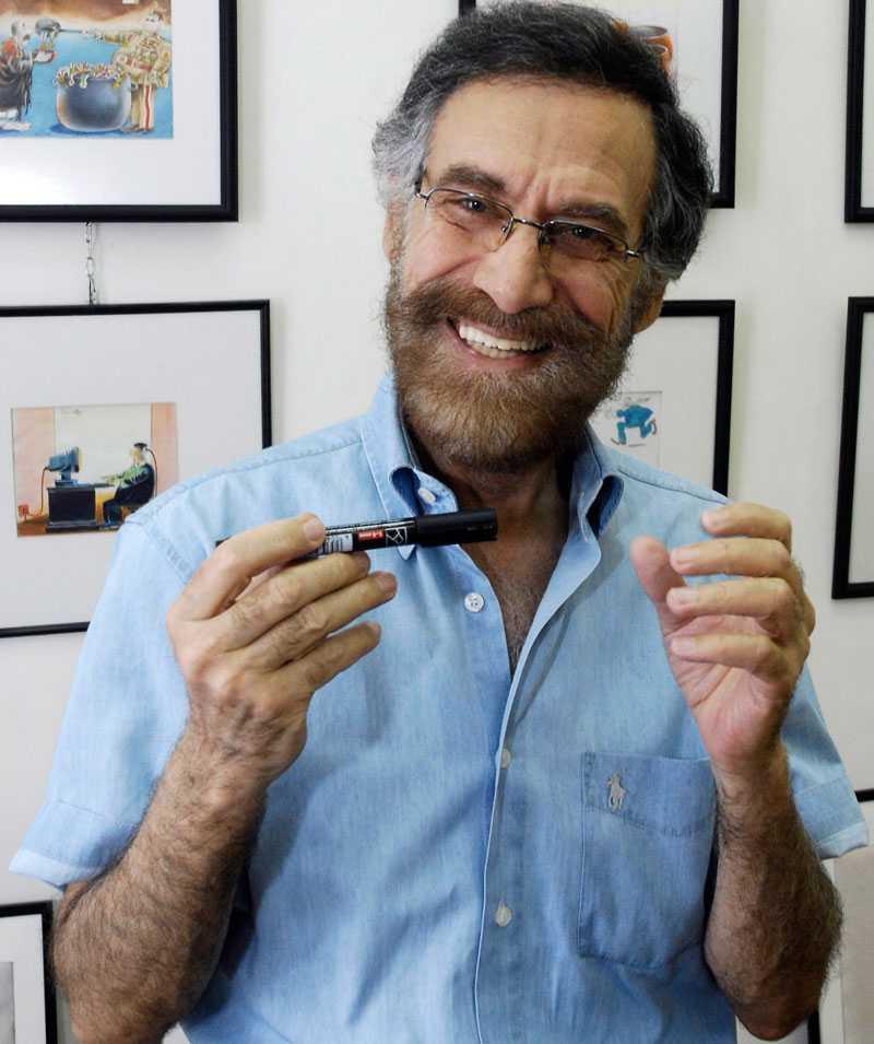 Satirtecknaren Ali Farzat fick sina händer krossade. Bilden är tagen i ett tidigare, betydligt gladare, sammanhang.