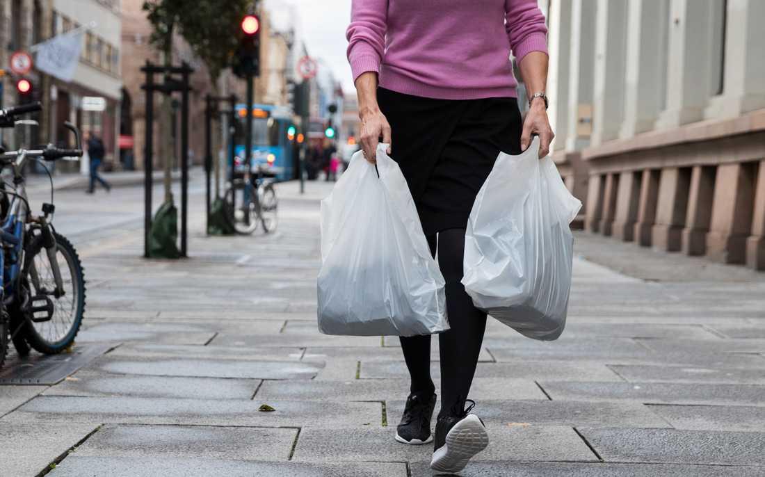 Försäljningen av plastkassar har mer än halverats hos de största livsmedelskedjorna sedan 1 maj. Arkivbild.