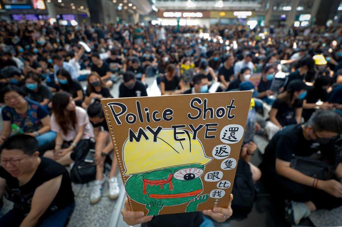 Helgens protester på flygplatsen i Hongkong markerar slutet på den nionde veckan av folkligt uppror i den asiatiska finansmetropolen. Demonstrationerna startade som protester mot ett förslag om en ny utlämningslag, men har utvecklats till att handla om mycket mer än så.