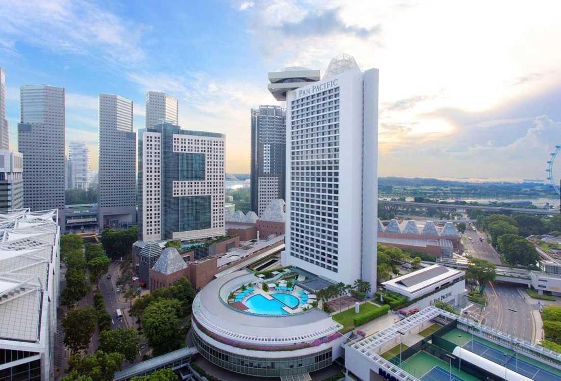 På det femstjärniga lyxhotellet Pan Pacific i Singapore bodde Patrick Reslow i en svit på 79 kvadratmeter med fria kvällsdrinkar.