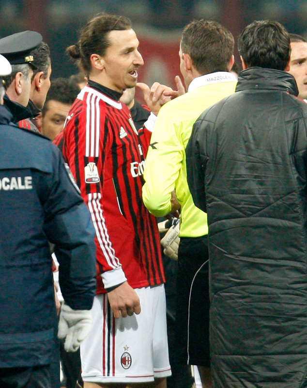 laddat möte Milan förlorade den första semifinalen mot Juventus med 1–2. I det griniga mötet hamnade Zlatan i bråk med Juventus målvakt Storari och petade honom i ansiktet.