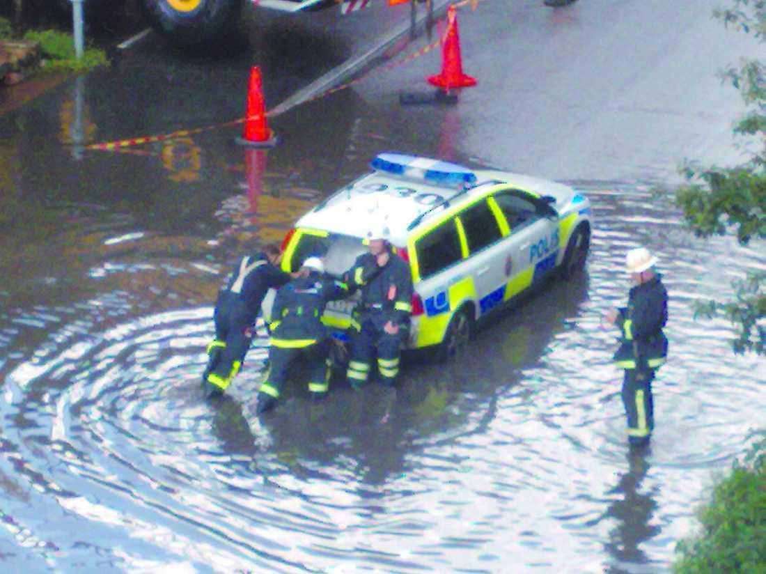 STOCKHOLM. En polisbil fastnade i regnmassorna i Solna.