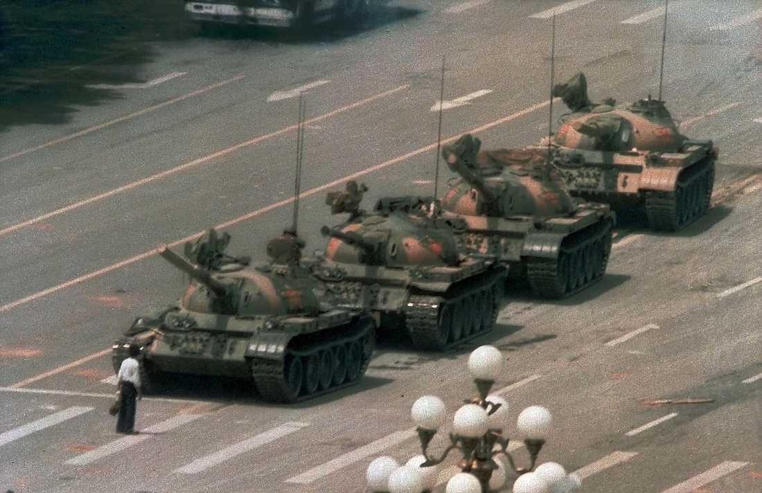 Himmelska fridens torg, Peking, i juni 1989. En ensam man trotsar stridsvagnarna.
