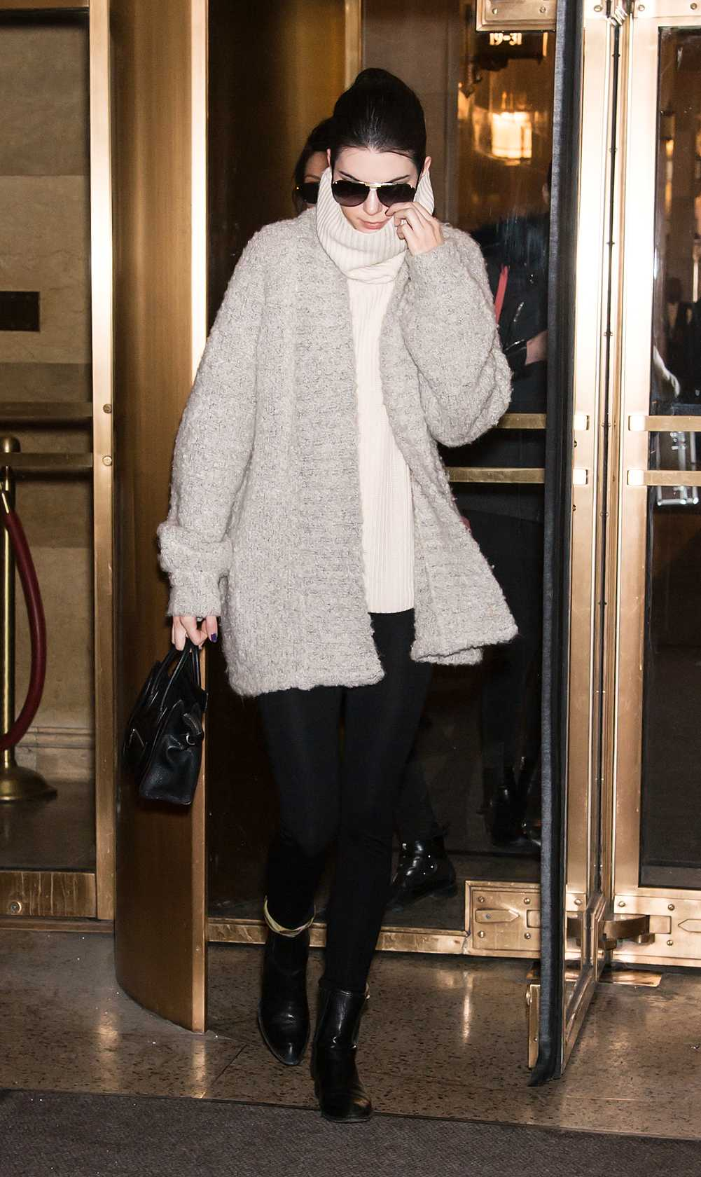 Kendall Jenner Kendall drog på sig varm jacka och oversize polo mellan modelluppdragen på New Yorks modevecka. Snyggt och enkelt!