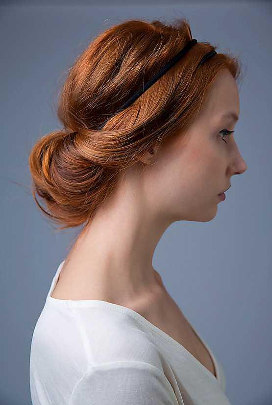 5. Skulle någon liten hårslinga halka ur gör det ingenting, den här frisyren är bara finare om den är lite slarvig. Tycker du att det är svårt att få med allt nackhår tvinnar du bara ihop det och fäster upp med en vanlig hårnål i nacken.