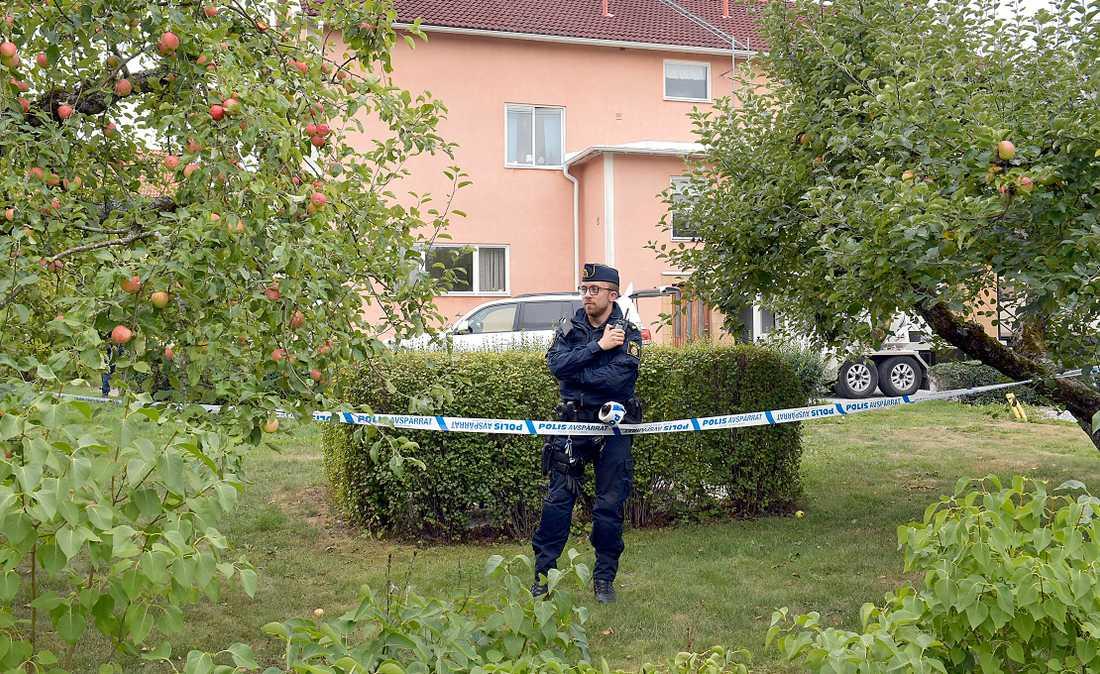 Polis på plats i Tillberga efter larm om farliga föremål.