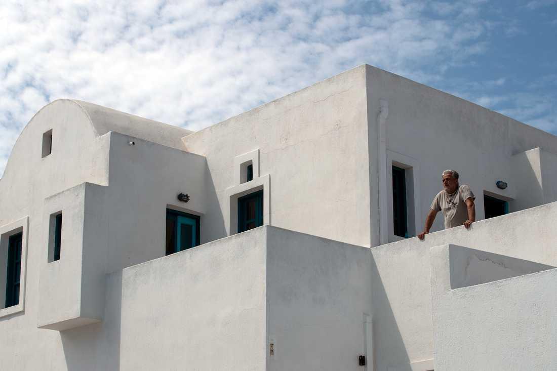 Hotellägaren Panagiotis Loutos vid sitt hotell på Santorini – som går en osäker framtid till mötes.
