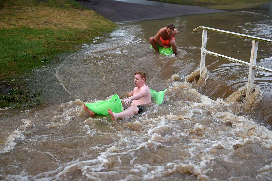 Lukas och Oliver testar forsränning (i den normalt lugna bäcken) i ett översvämmat Bjuv efter att kraftiga åskskurar drabbat södra Sverige på onsdagen.