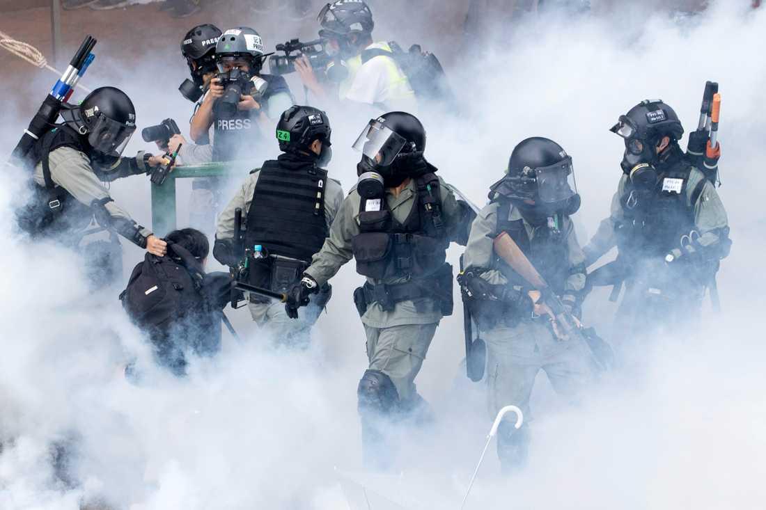 Poliser vid Polytechnic University i Hongkong under måndagen.