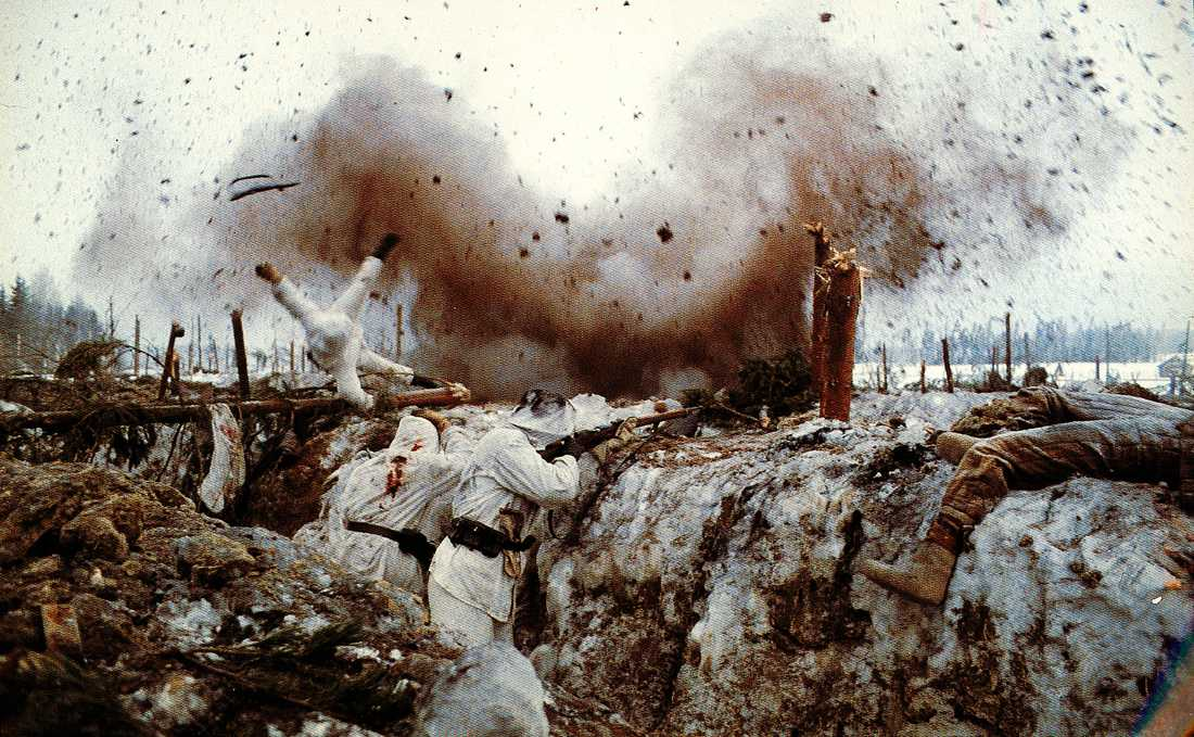 """Striderna på Karelska näset var skoningslösa. De finländska soldaterna slogs inte bara för sina egna liv, utan också för Finlands överlevnad som en självständig nation. Scen ur filmen """"Vinterkriget"""", från 1989."""