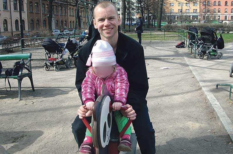 Richard Sahlin är döv – och kan inte kommunicera med sin dotter. Hon har inte fått lära sig teckenspråk. Han vädjar till regeringen att se över skollagen så att svenskt teckenspråk likställs med nationella minoritetsspråk.