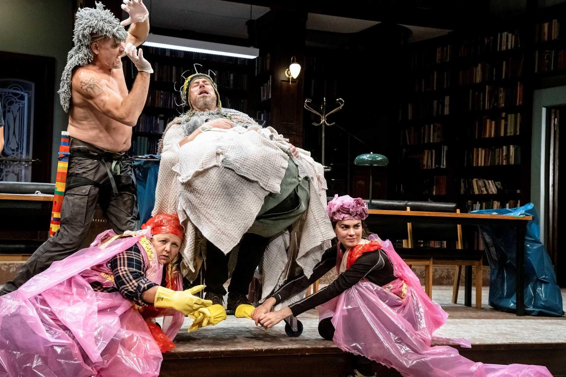 """Gerhard Hoberstorfer, Hulda Lind Jóhannsdóttir, Lennart Jähkel och Karin Franz Körlof som vilda vikingar i """"Röde Orm"""" på Dramaten."""