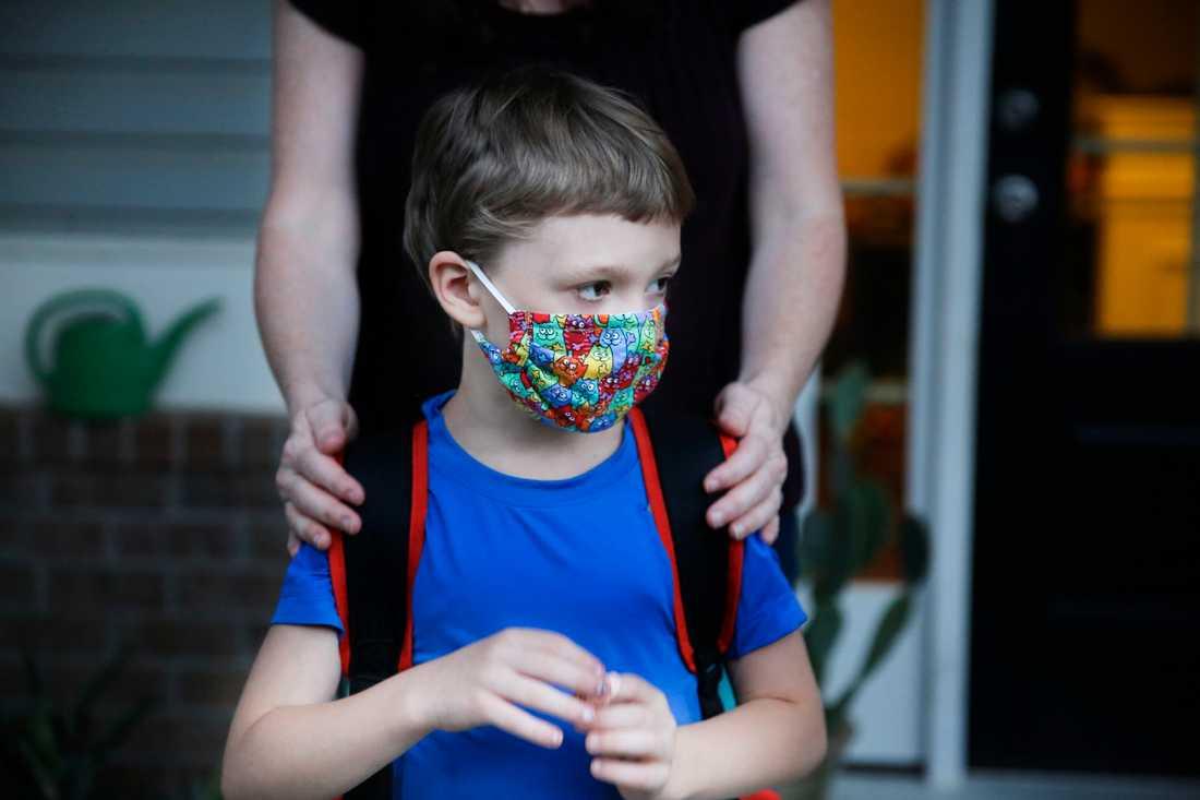 För många amerikanska barn har skolan börjat, med undervisning på plats i klassrummen för första gången sedan i mars då skolorna slog igen sina portar på grund av coronapandemin.
