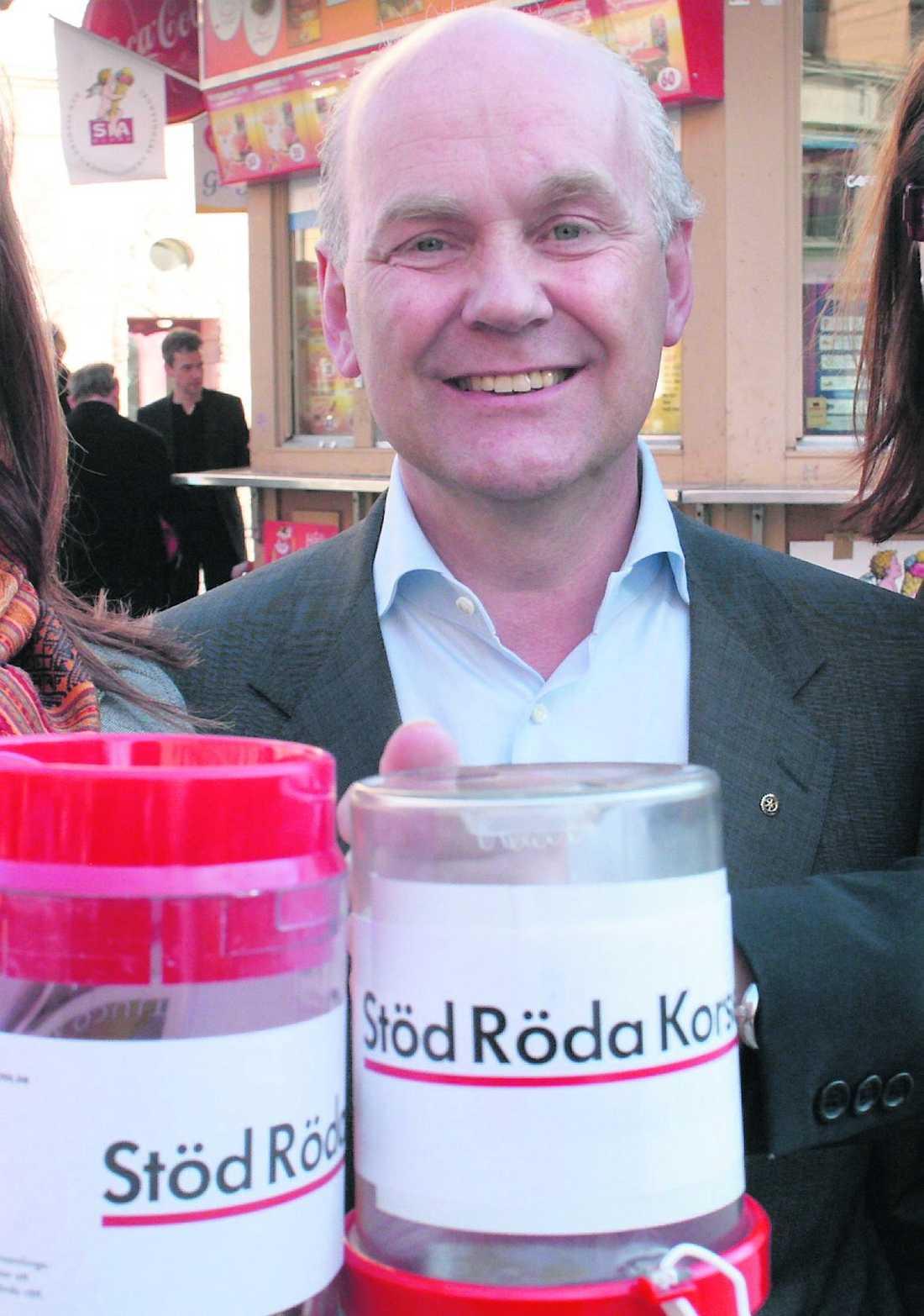 Misstänks Johan af Donner sparkades som kommunikationschef på Röda korset efter misstankar om att han svindlat organisationen på mångmiljonbelopp. Nu riskerar han flera års fängelse.