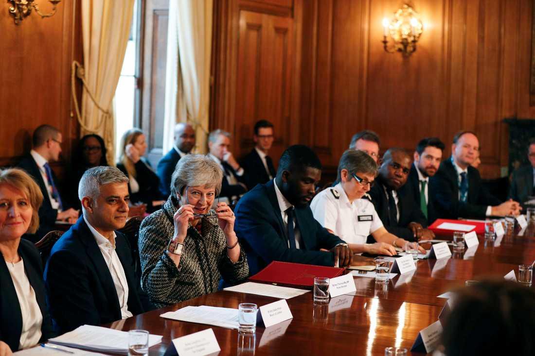 Londons borgmästare Sadiq Khan bredvid premiärminister Theresa May vid ett möte om det ökande knivvåldet den 1 april i år.