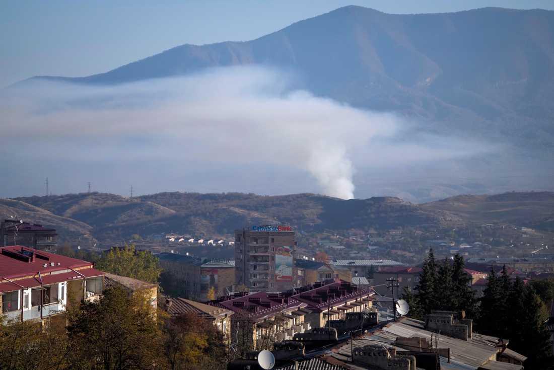 En rökpelare stiger mot himlen från Stepanakert, huvudort i den omtvistade regionen Nagorno-Karabach. Bild från 24 oktober.