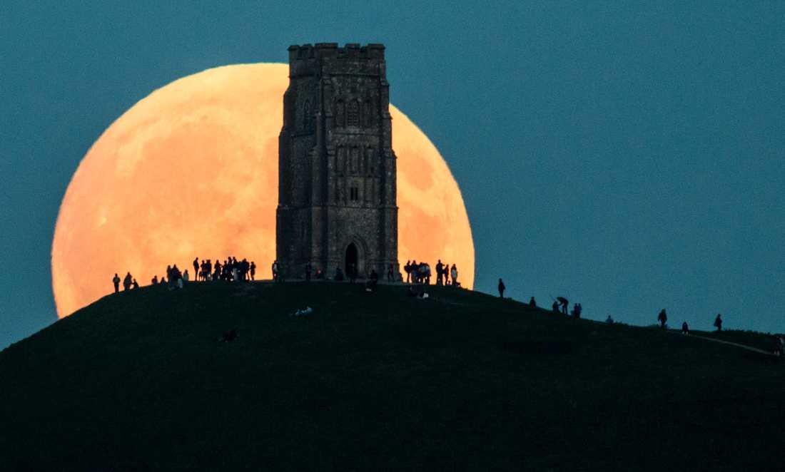 Supermånen syns bakom Glastonbury Tor, England.