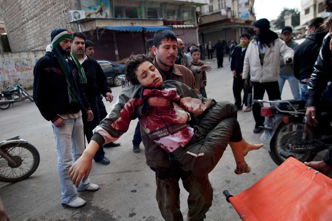 En pojke har sårats allvarligt i den syriska Idlib. Staden har varit hårt utsatt av regimstyrkorna.