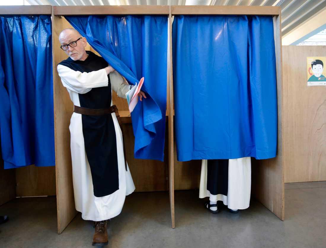 För närvarande finns 19 munkar i trappistklostret S:t Sixtus i Westvleteren. Här är några av dem under röstandet i fjolårets belgiska parlamentsval. Arkivfoto.