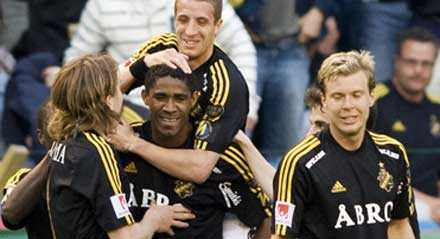Khari Stephenson (i mitten) satte förlösande 1–0 för AIK – och nu vill han stanna i klubben, trots att han oftast nött bänk på sistone.