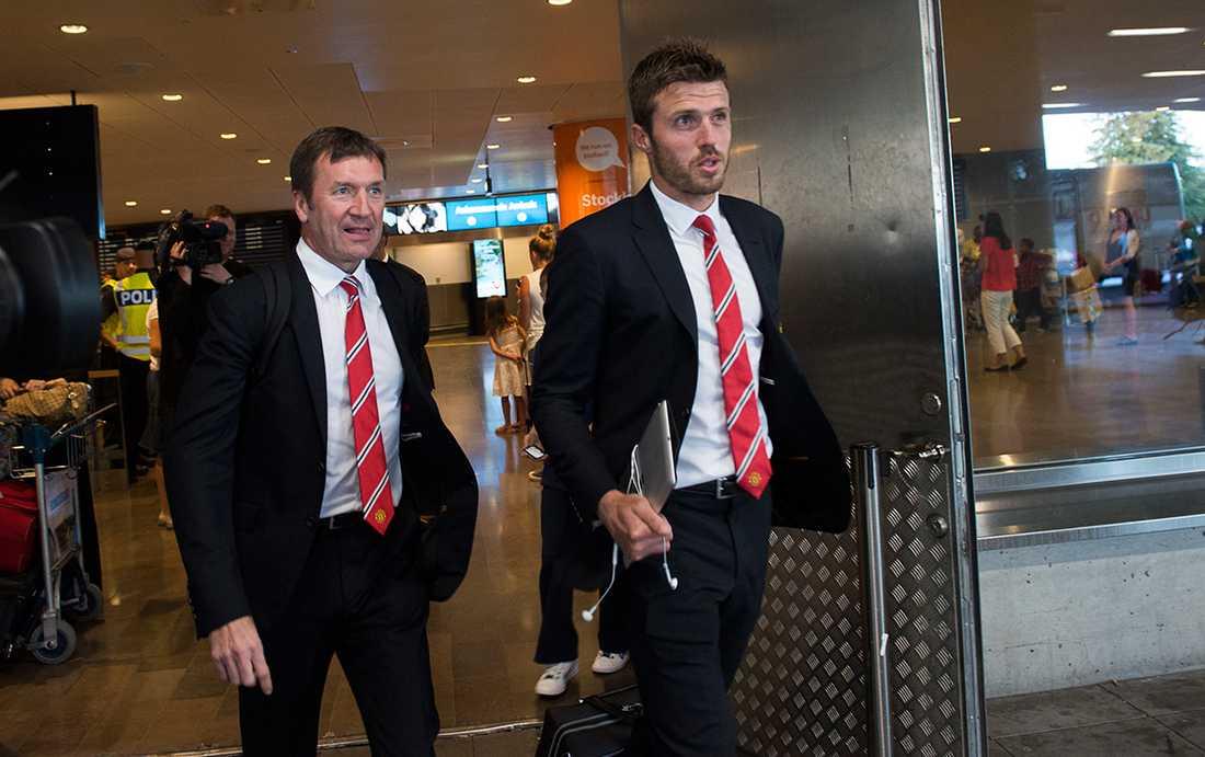 Michael Carrick och resten av Man United-spelarna anlände till Arlanda igår inför dagens möte mot AIK på Friends arena.