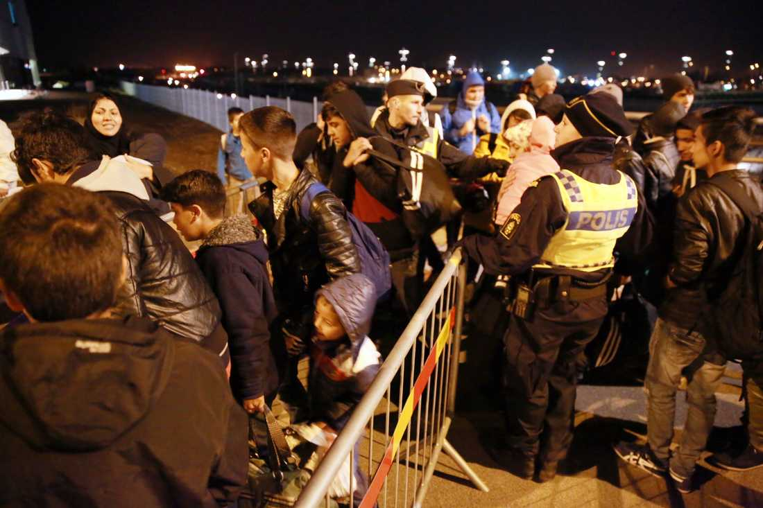 Hyllie station. Flyktingar köar till bussen som ska ta dom till Migrationsverket i Malmö