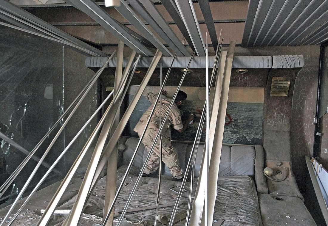 GADDAFIS SÄNG Rebellerna har plundrat stora delar av Gaddafis hem och högkvarter Bab al-Aziziya. Diktatorns berömda golfbil, guldspira och kläder har tagits av rebellerna. Här går en av soldaterna runt i den störtade ledarens egen säng.