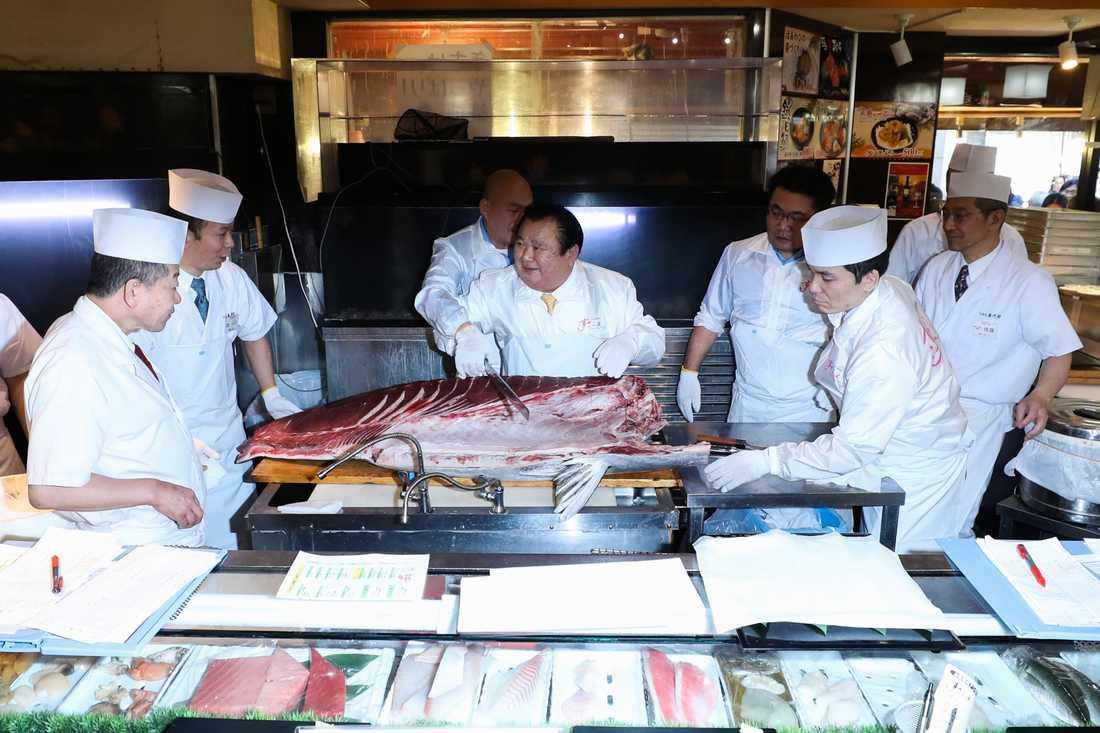 Kiyoshi Kimura skär upp sin nyinköpta tonfisk på en lokal sushirestaurang.
