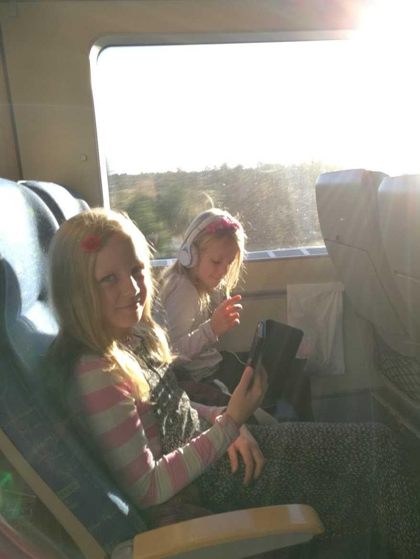 Systrarna Iris och Astrid Boström på en tidigare tågresa.