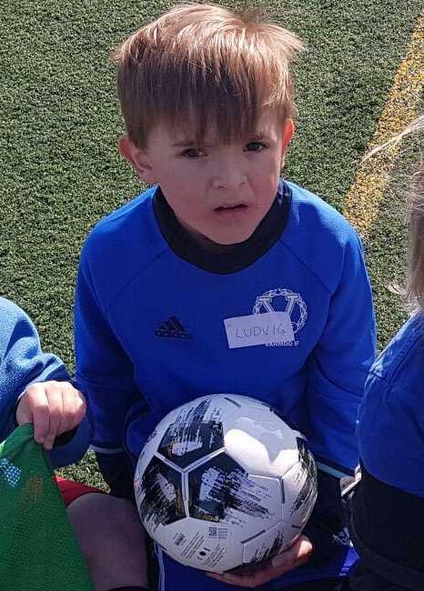 Ludvig, 7 år, var på väg hem från fotbollsträningen som avbröts under åskovädret.