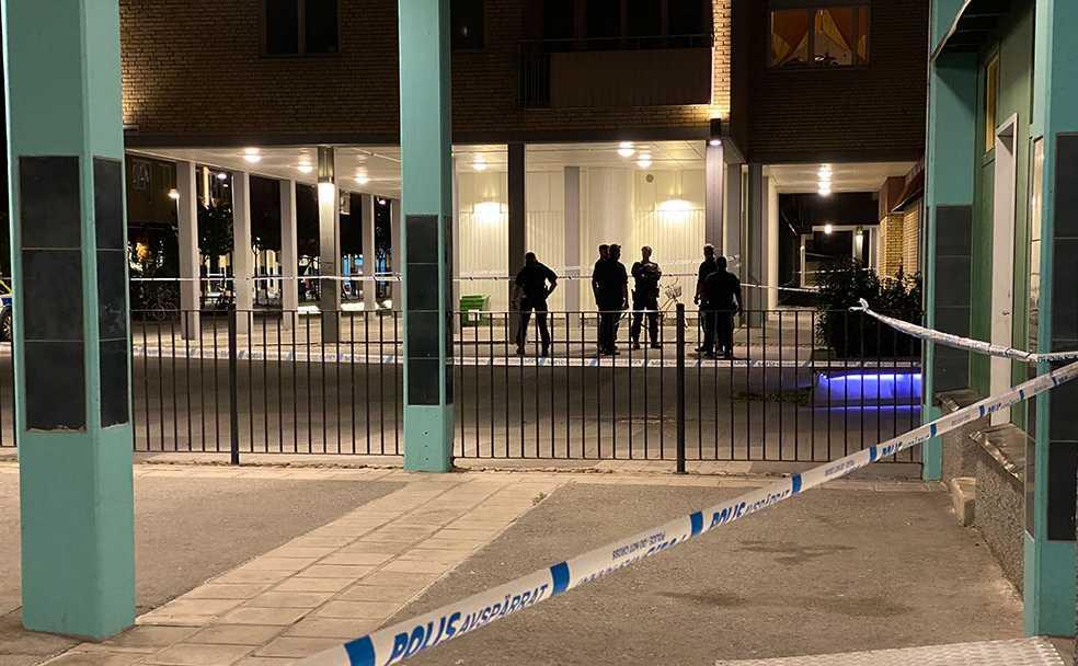 Poliser vid avspärrningarna på brottsplatsen i Eskilstuna.