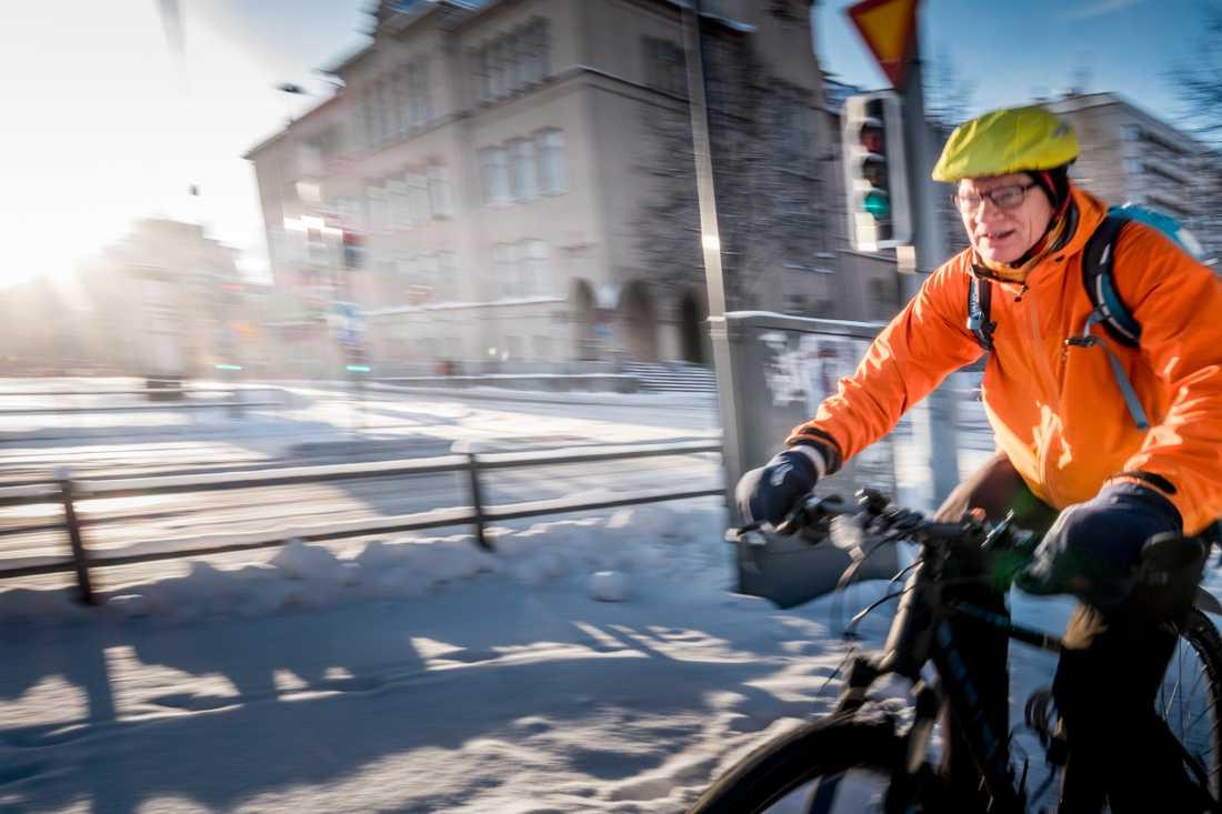 En kall vinterdag i Tammerfors 2016. Cyklist i minus 22 grader.