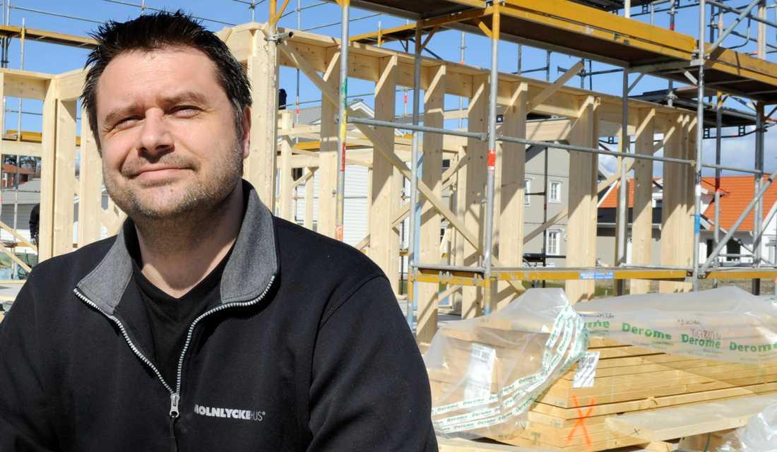 Söker folk med f-skattesedel Egenföretagaren i byggbranschen Tomasz Enerås behöver INTE anställa fler, men han behöver hitta fler egenföretagare att samarbeta med. Han driver företaget Molnlyckehus.
