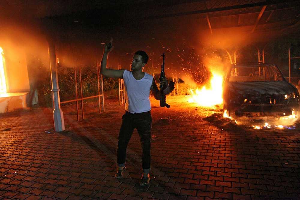 USA:s konsulat i libyska staden Benghazi angreps av beväpnade aktivister. Amerikanske ambassadören dödades och byggnaden sattes i brand.