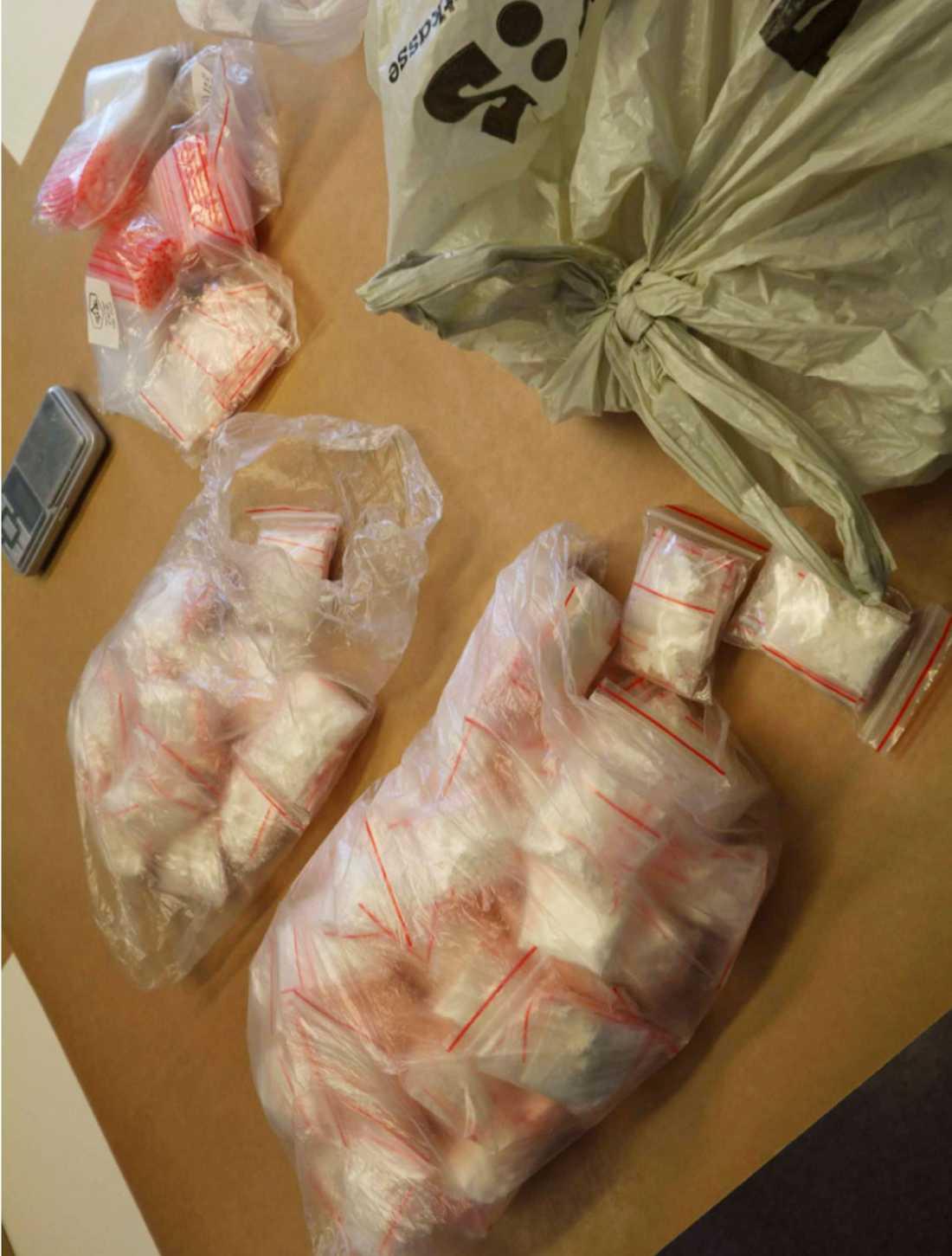 Men i maj sökte polisen igenom ett trapphus i södra Stockholm i samband med ett annat ärende. Vid porten hittades drygt 400 gram höghaltigt kokain, och två pistoler.