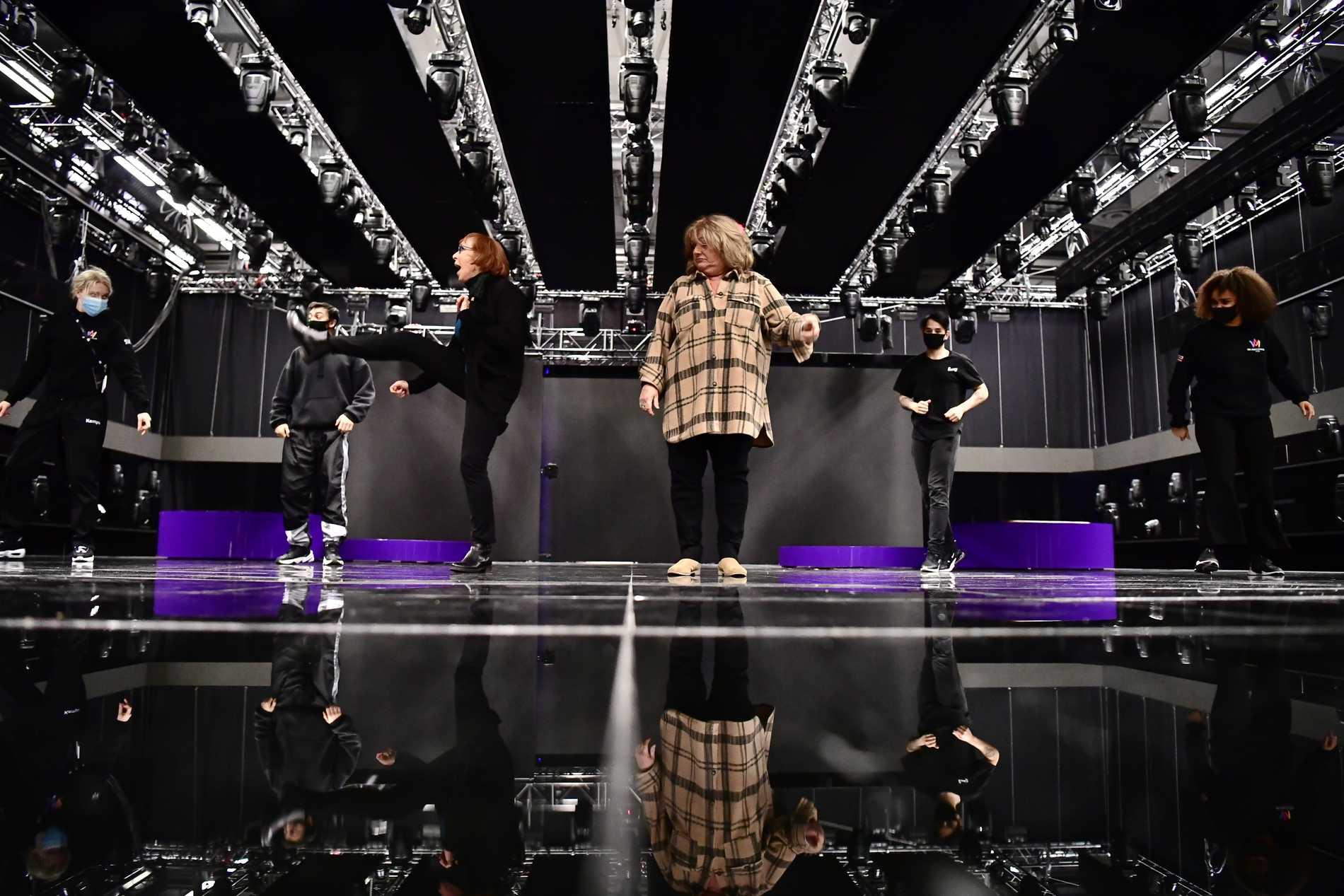 Eva Rydberg kickar i taket medan Ewa Roos tittar på under en första repetition på Melodifestivalens scen