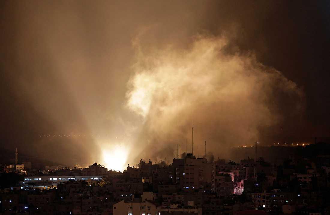 Rök och explosioner i Gaza natten mot tisdagen.