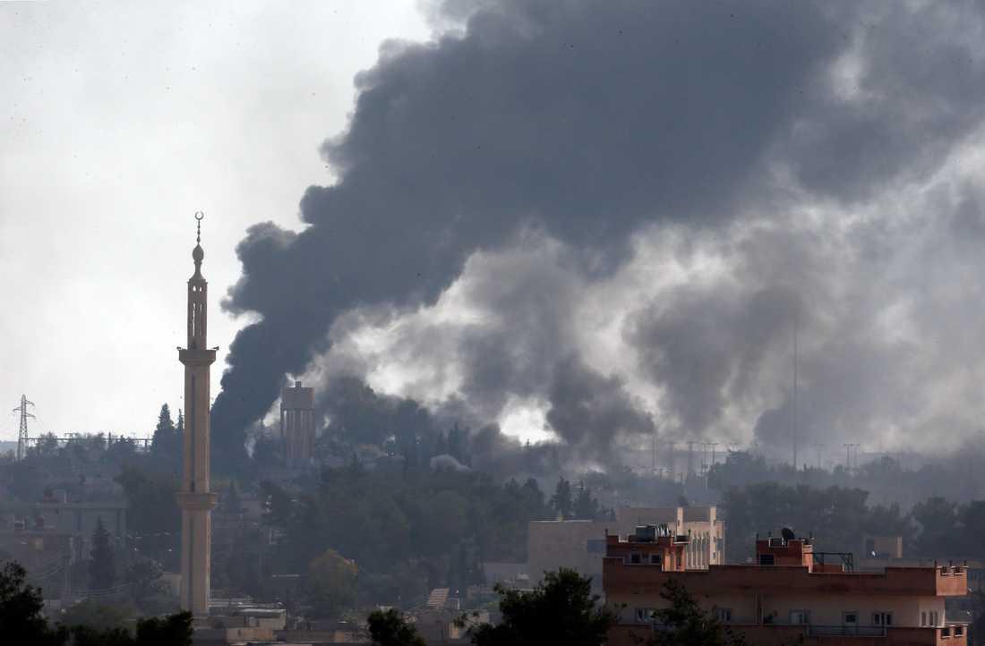 Rök syns stiga på andra sidan syriska gränsen. Bilden är tagen från den turkiska sidan.