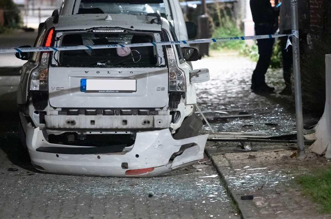 Polisen spärrar av efter att en detonation orsakat skador på en fastighet och en bil på Sofielund i Malmö tidigt på fredagsmorgonen.